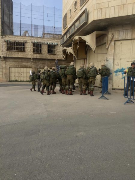 Israeli soldiers gather in al-Khalil